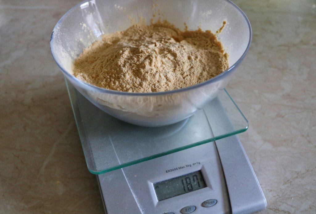 Odważanie ekstraktu słodowego nastarter drożdżowy.
