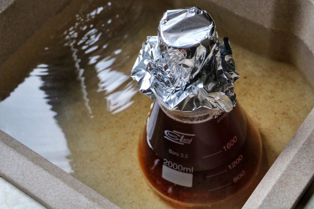 Chłodzenie startera zapomocą kąpieli wodnej wzlewie pozakończeniu gotowania.